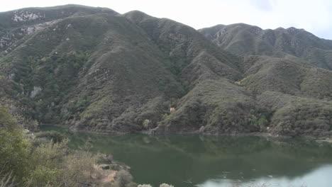 Pan-De-Montañas-Y-Agua-En-El-Embalse-De-Matilija-En-Ojai-California