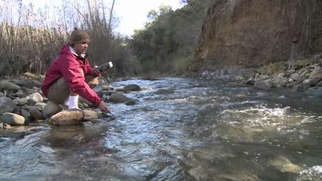 Hombre-Probando-El-Agua-Que-Fluye-En-San-Antonio-Creek-En-Ojai-California