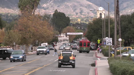 Zoom-out-of-cars-driving-and-people-crossing-the-street-in-downtown-Ojai-California