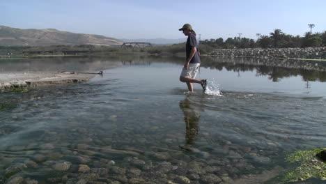 Panorámica-De-Un-Hombre-Que-Camina-En-El-Agua-En-El-Estuario-Del-Río-Ventura-En-Surfers-Point-En-Ventura-California