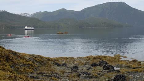 Lapso-De-Tiempo-De-Los-Kayakistas-De-Marea-Entrante-Y-El-Barco-Anclado-En-La-Isla-Pond-En-El-Sureste-De-Alaska