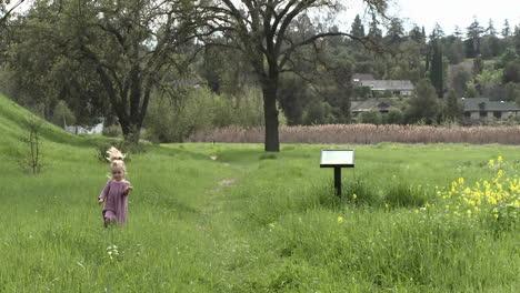 Ein-Mädchen-Das-Durch-Ein-Restauriertes-Feuchtgebiet-Im-Ojai-Wiesenreservat-In-Ojai-Kalifornien-Geht