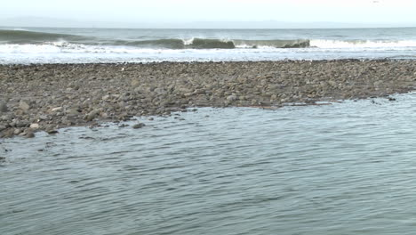 Inclinación-Del-Agua-Que-Sale-Del-Estuario-Del-Río-Ventura-Y-Olas-En-Surfers-Point-En-Ventura-California