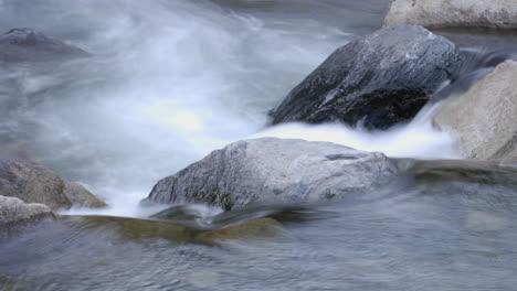 Cerrar-El-Lapso-De-Tiempo-De-Las-Cataratas-Del-Río-Rugiente-En-El-Parque-Nacional-Kings-Canyon-California