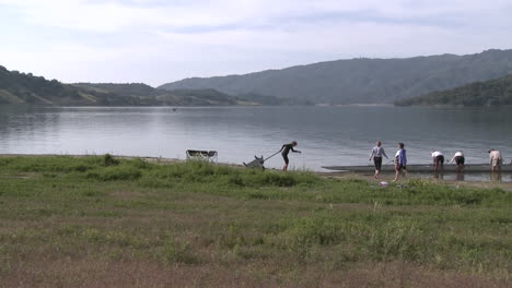Time-lapse-of-eight-person-rowing-sweep-leaving-the-water-on-Lake-Casitas-in-Oak-View-California