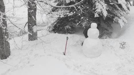 Lapso-De-Tiempo-De-Personas-Construyendo-Un-Muñeco-De-Nieve-En-Vail-Colorado