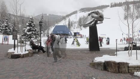 Lapso-De-Tiempo-De-Los-Esquiadores-En-Un-Remonte-En-Vail-Colorado