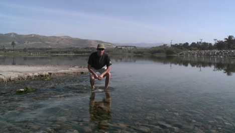 Man-discussing-the-steelhead-migration-up-the-Ventura-Río-Estuary-at-Surfers-Point-in-Ventura-California