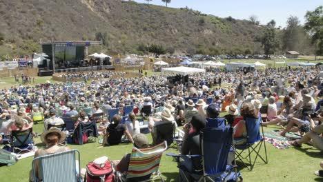 Ganztägiger-Zeitraffer-Einer-Menschenmenge-Bei-Einem-Open-Air-Konzert-In-Ventura-Kalifornien