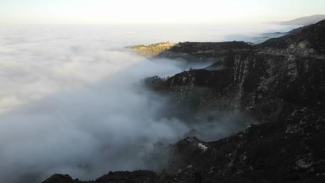 Lapso-De-Tiempo-De-Niebla-Costera-Al-Amanecer-A-Lo-Largo-De-Las-Montañas-De-Santa-Ynez-Sobre-Montecito-California-Time-lapse-of-coastal-fog-at-amanecer-along-the-Santa-Ynez-Mountains-above-Montecito-California