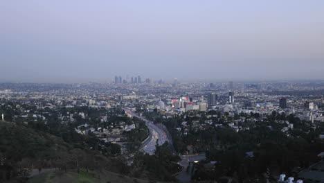 Movimiento-De-Lapso-De-Tiempo-De-Los-Automóviles-Que-Circulan-Por-La-Autopista-101-En-Los-Ángeles-Al-Atardecer-California