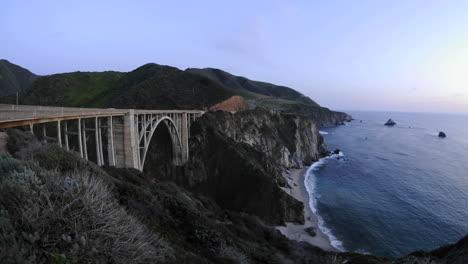 Lapso-De-Tiempo-Al-Atardecer-En-El-Histórico-Puente-Bixby-Creek-Y-La-Costa-De-Big-Sur-En-Big-Sur-California