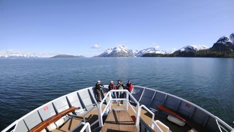 Punto-De-Vista-Lapso-De-Tiempo-De-Un-Barco-Navegando-Rápido-A-Través-Del-Parque-Nacional-De-Glacier-Bay-En-El-Sureste-De-Alaska