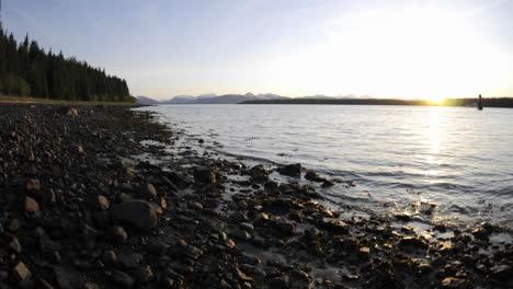 Movimiento-De-Lapso-De-Tiempo-De-La-Marea-Retrocediendo-En-La-Playa-En-El-Parque-Nacional-De-Glacier-Bay-En-Gustavus-Alaska