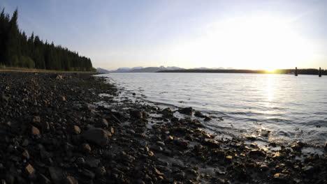 Lapso-De-Tiempo-Rápido-De-La-Puesta-De-Sol-Y-La-Marea-Retrocediendo-En-La-Playa-En-El-Parque-Nacional-De-Glacier-Bay-En-Gustavus-Alaska