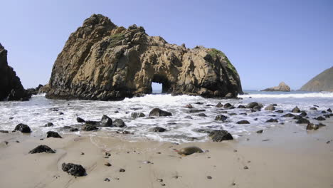 Time-lapse-of-waves-breaking-through-a-rock-at-Pfeiffer-Beach-in-Big-Sur-California