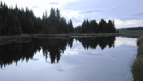 Lapso-De-Tiempo-De-Las-Nubes-Al-Amanecer-En-El-Río-Snake-En-Schwabacher-Aterrizando-En-El-Parque-Nacional-Grand-Teton-Wyoming