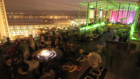 Lapso-De-Tiempo-De-Una-Discoteca-En-La-Azotea-Llenándose-Para-La-Noche-En-San-Diego-California
