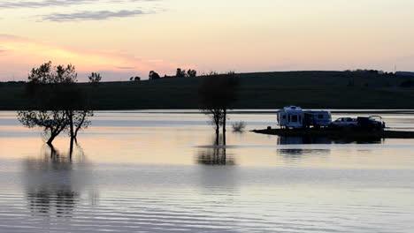 Camper-Beobachten-Den-Sonnenuntergang-Von-Ihrem-Wohnmobil-Am-Far-West-Reservoir-In-Der-Nähe-Von-Spenceville-Wildlife-Area-Yuba-City-Kalifornien-1