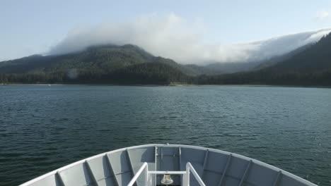 Punto-De-Vista-Lapso-De-Tiempo-Desde-La-Proa-De-Un-Barco-Anclado-Frente-A-La-Isla-De-Chichagof-En-El-Sureste-De-Alaska