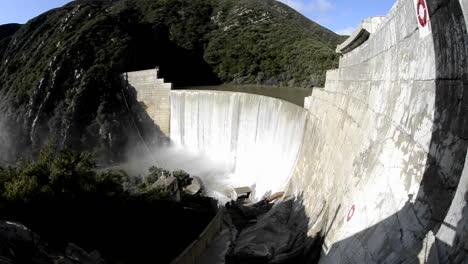 Tiro-De-Gran-Inclinación-De-Matilija-Creek-Derramándose-Sobre-La-Obsoleta-Presa-Matilija-Después-De-Una-Tormenta-De-Primavera-Cerca-De-Ojai-California