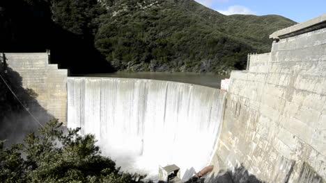 Toma-Panorámica-De-Matilija-Creek-Derramándose-Sobre-La-Obsoleta-Presa-Matilija-Después-De-Una-Tormenta-De-Primavera-Cerca-De-Ojai-California