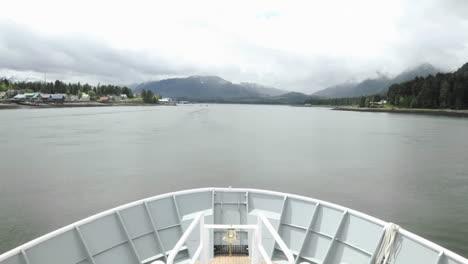 Punto-De-Vista-Lapso-De-Tiempo-De-Turistas-Mirando-Desde-La-Proa-De-Un-Barco-Atracado-En-Petersburgo-Alaska