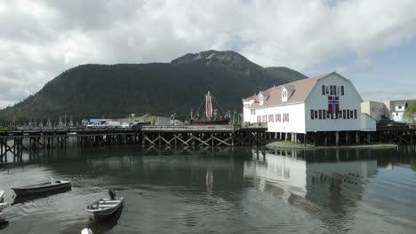 Lapso-De-Tiempo-De-Las-Nubes-Pasando-Por-Sons-Of-Norway-Hall-Y-Barcos-Moviéndose-En-Hammer-Slough-En-Petersburgo-Alaska