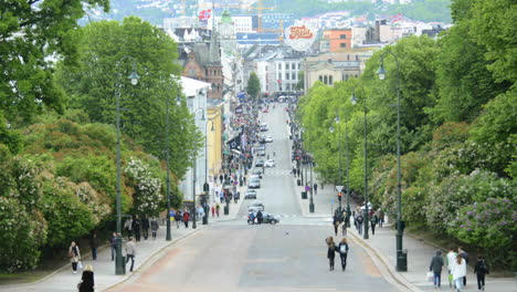 Lapso-De-Tiempo-De-Gente-Caminando-Sobre-Karl-Johans-Gt-En-El-Centro-De-Oslo-Noruega
