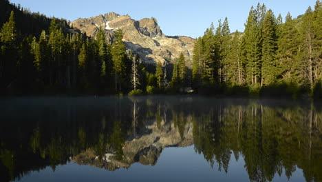 Un-Reflejo-De-La-Mañana-De-La-Sierra-Buttes-En-Un-Estanque-De-Arena-En-El-Bosque-Nacional-De-Tahoe-California