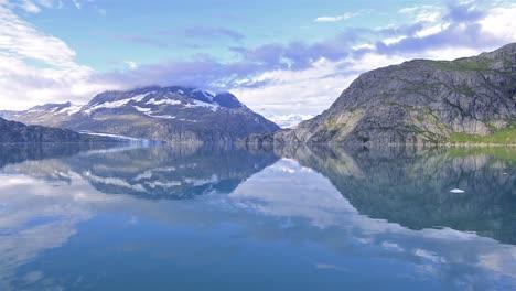 Reflejo-De-Las-Montañas-Al-Entrar-En-La-Entrada-De-Johns-Hopkins-En-El-Parque-Nacional-De-Glacier-Bay-Alaska
