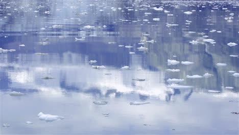 Reflejo-De-Las-Montañas-En-El-Agua-Al-Entrar-En-La-Entrada-De-Johns-Hopkins-En-El-Parque-Nacional-Glacier-Bay-Alaska