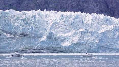 Velero-En-Frente-Del-Glaciar-Tidewater-Margerie-Parto-En-El-Parque-Nacional-De-Glacier-Bay-Alaska