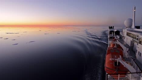 Movimiento-Panorámico-Pasando-Por-El-Hielo-Marino-A-La-Medianoche-A-Través-De-Hell&#39-s-Gate-Al-Sur-De-La-Isla-De-Ellesmere-En-Nunavut-Canadá