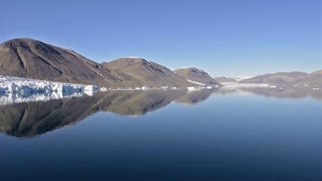Movimiento-Panorámico-De-Un-Glaciar-Tidewater-En-South-Cape-Fiordo-En-La-Isla-De-Ellesmere-En-Nunavut-Canadá