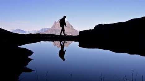 Wanderer-Silhouette-Vor-Dem-Berg-Uummannaq-In-Qilakitsoq-In-Der-Nähe-Von-Uummannaq-Grönland