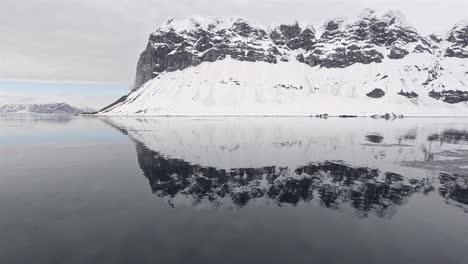 Reflexion-Von-GnÌ´lodden-In-Hornsund-Im-Südwesten-Spitzbergen-In-Svalbard-Norwegen