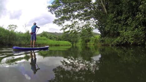 Un-Hombre-Rema-Una-Tabla-De-Remo-Por-Un-Río-En-Kauai-Hawaii