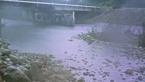 Zeitraffer-Einer-Brückenüberschwemmung-Während-Ein-Wintersturm-Regen-In-Einen-Fluss-Wirft