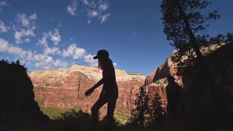 Turistas-Madre-E-Hija-Caminata-En-Zion-Parque-Nacional-Utah-En-Silueta