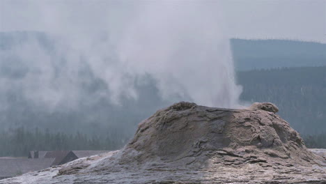 The-Lone-Star-geyser-erupts-in-Yellowstone-National-Park-1