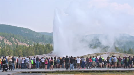 A-large-group-of-tourists-observe-the-eruption-of-Old-Faithful-geyser-in-Yellowstone-National-Park-2