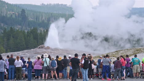 A-large-group-of-tourists-observe-the-eruption-of-Old-Faithful-geyser-in-Yellowstone-National-Park-3