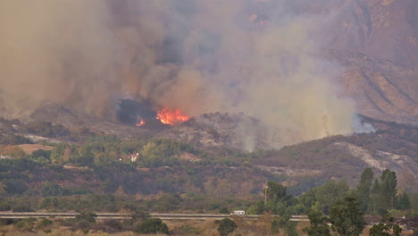 The-Thomas-wildfire-fire-burns-behind-expensive-homes-in-Ventura-County-Southern-California