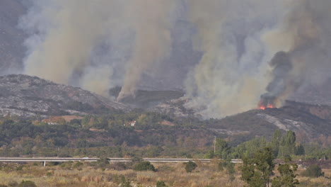 The-Thomas-wildfire-fire-burns-behind-expensive-homes-in-Ventura-County-Southern-California-1