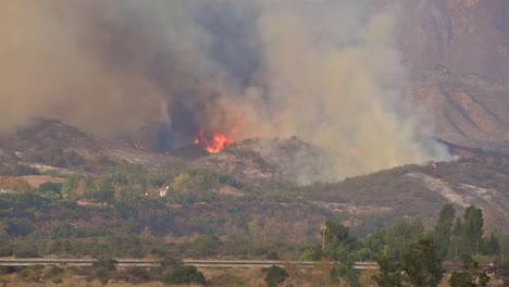 Das-Thomas-Lauffeuer-Brennt-Hinter-Teuren-Häusern-In-Ventura-County-Südkalifornien-2