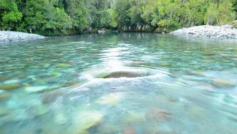 Lapso-De-Tiempo-De-Las-Aguas-Del-Río-Azul-Claro-Que-Fluye-Del-Río-Huequi-En-El-Sur-De-Chile