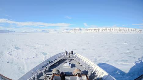 Eine-Pov-Zeitrafferaufnahme-Eines-Schiffs-Beugen-Eisberge-Und-Touristen-Die-Durch-Lomfjorden-In-Der-Nähe-Von-Svalbard-Norwegen-Fahren