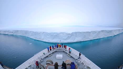 Pov-Eines-Riesigen-Schiffs-Das-Sich-Einem-Massiven-Eisberg-In-Der-Nähe-Von-Nordaustland-Norwegen-Bis-Auf-Wenige-Fuß-Nähert