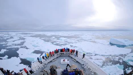 Pov-De-Un-Enorme-Barco-Rompehielos-Que-Atraviesa-Capas-De-Hielo-Y-Enormes-Icebergs-Cerca-De-Nordaustland-Noruega